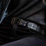 Cinturón de cuero con taches